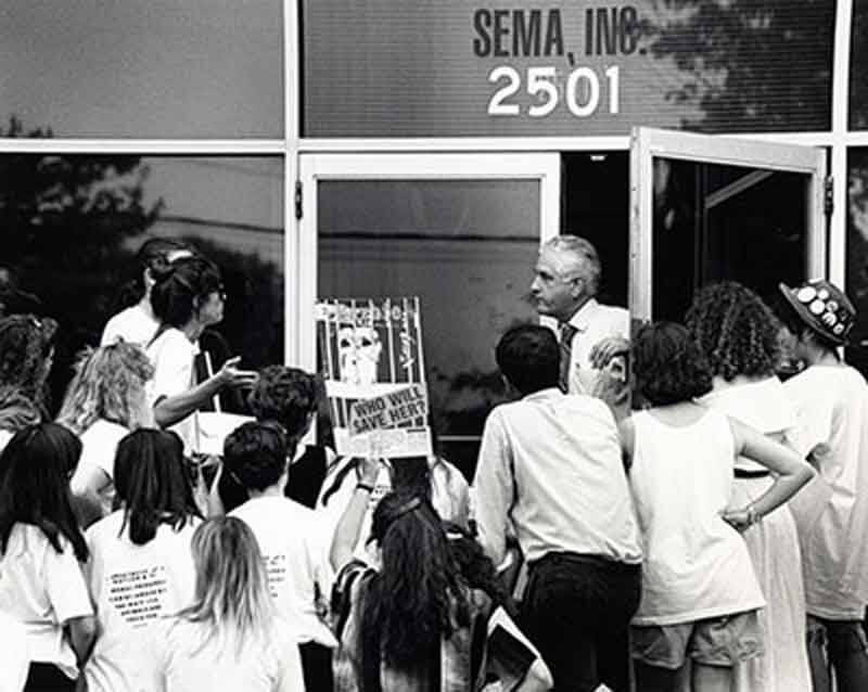 1986 – SEMA Stops Confining Chimpanzees