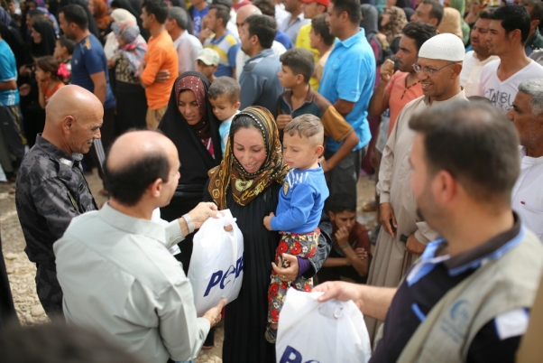 PETA and Inditex distribute clothing at refugee camp