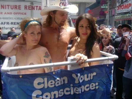 Naked_Cowboy_shower_demonstration_New_York.jpg