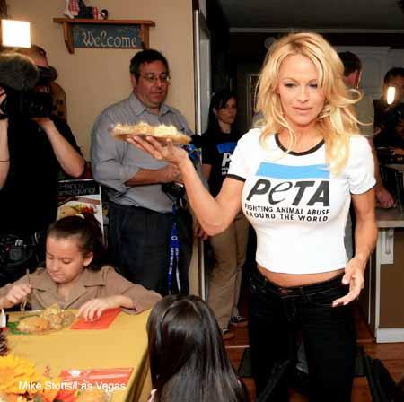 Pamela_Anderson_soup_kitchen_4.jpg