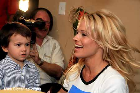 Pamela_Anderson_soup_kitchen_6.jpg